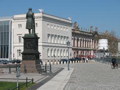Ein Klassiker der Schinkelplatz mit Rueckseite der Kommandantur im Hintergrund