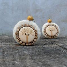 Náušnice / Earrings / Orecchini.  Velké, ale přesto lehoučké náušnice. Podklad plstěn jehlou z ovčího rouna, doplněny dřevěnými knoflíky, kokosovými korálky a dřevěnými korálky.... Brooches Handmade, Earrings, Ear Rings, Stud Earrings, Ear Piercings, Ear Jewelry, Beaded Earrings Native, Pierced Earrings