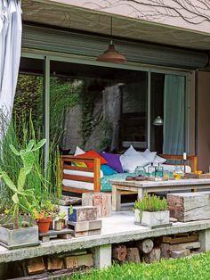 Ubicado en una estructura de hormigón, este jardín en una casa entre medianeras es un oasis dentro de la ciudad.