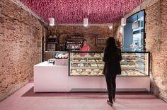 """Wenn du mal in Madrid bist, dann statte doch der Bäckerei """"Pan y Pasteles"""" in Alcalá de Henares einen Besuch ab. Dann wirf einen Blick an die Decke, wo du einen ungewöhnlichen Schmuck findest. Das Büro ..."""