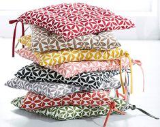 Offrez vous des galettes de chaise design qui s'accordent avec l'ambiance de cotre intérieur si vous restez assise pendant de longues heures.