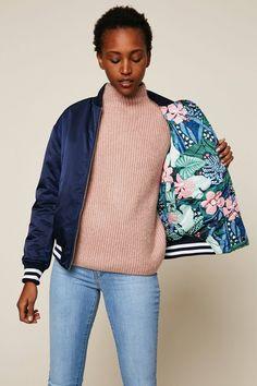 Hilfiger Denim Bomber bleu marine brodé réversible imprimé fleurs prix Blouson Femme Monshowroom 249.00 € TTC Silk Bomber Jacket, Sweater Jacket, Komplette Outfits, Sweater Outfits, Casual Dresses For Women, Clothes For Women, Couture, Vogue Fashion, Casual Street Style