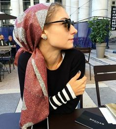 thesartorialist Waiting for with JJ Jenny Walton - Schal Khadra, Head Scarf Styles, Scarf Head, How To Wear Scarves, Scarf Hairstyles, Blake Lively, Style Icons, Alexa Chung, Celebrity Style