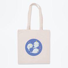 Deja que esta bolsa de tela ilustrada con narvales, o mejor dicho, unicornios marinos completen tus outfits. ¡Hazte con ellos!