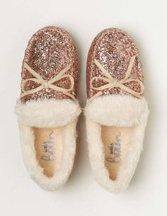 Add a touch of magic to your outfit with our sparkly slippers in rose gold glitter. A soft and fluffy faux-fur lining keeps toes toasty, while hardwearing soles mean they'll last wear after wear – so you'll never need to take them off.