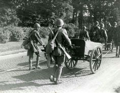 Dutch soldiers pushing a bakers cart, pin by Paolo Marzioli Dutch Netherlands, Invasion Of Poland, Ww2 Pictures, Soviet Army, East Indies, Military Modelling, European History, Troops, Soldiers