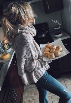 Shopping Turtle Neck Plain Basic Sweaters online with high-quality and best prices Sweaters at Luvyle. Oversized Sweater Outfit, Winter Sweater Outfits, Sweater And Shorts, Cropped Sweater, Winter Outfits, Sweater Fashion, White Turtleneck, Autumn Winter Fashion, Winter Style