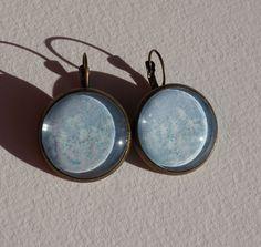 Boucles d'oreilles aquarelle dormeuses à cabochons bleu ciel et petits nuages blancs. de la boutique oliviaquarelle sur Etsy