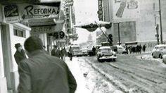 Hace 47 años la Ciudad de México se despertaba con un paisaje que solo podemos ver en las fotografías. El Distrito Federal amanecía cubierto de nieve, el 11 de enero de 1967 cayó la última nevada en esta ciudad, sin embargo esta no era la primera vez que pasaba ya que en 1969 volvio ocurrir y...