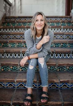 basic outfits with distressed denim, sweater, and birkenstock sandals Birkenstock Outfit, Birkenstock Look Alike Sandals, Basic Outfits, Trendy Outfits, Fashion Outfits, Fashion Ideas, Dupes, Fall Outfits Pinterest, Earthy Outfits