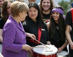 A chanceler da Alemanha, Angela Merkel, toca tambor com alunas de um tradicional colégio em Berlim. Motivo da visita de Merkel é discutir com os jovens sobre políticas da Europa - http://revistaepoca.globo.com//Sociedade/fotos/2013/05/fotos-do-dia-6-de-maio-de-2013.html (Foto: AP Photo/Michael Sohn)