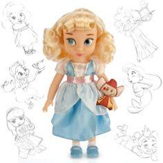 """Lass das Märchen mit der wunderschönen """"Cinderella""""-Animator-Puppe beginnen! Die Disney-Künstler haben sich Cinderella als kleines Mädchen vorgestellt. Sie trägt ein hübsches blaues Kleid und hat Jaques, die Maus, bei sich."""