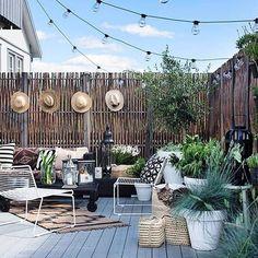 Backyard-love! Herlig inspirasjon til verandaen! Og gjerdet er en supersmart skjermvegg Seen @cosi_home