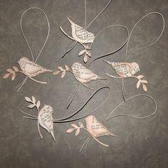 Sechs 6 von der tweetest wenig Papier Kugeln perfekt, um an den Weihnachtsbaum hängen oder eine Multifunktionsleisten-Girlande hängen oberhalb des Kamins zu schmücken. 89.267 dekorative verwendet oder legen Sie sie auf Weihnachtsgeschenke für eine Extranote Vintage Süße. Diese kleine Chirpers messen 2 1/2 von Spitze des Blattes, der Schwanz und 1 1/2 hoch zu beenden. Sie sind 3-dimensional mit jeder Flügel stehen, etwas aus dem Körper und jeder Vogel ist in der Lage, aus beiden Richtungen…