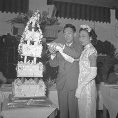 The wedding reception of our beloved late founding Father Lee Kuan Yew and his Wife Kwa Geok Choo in 1950 Lee Kuan Yew, Hindu Wedding Ceremony, Wedding Reception, Singapore Photos, Fashion Cakes, Rare Pictures, Husband Love, Letterpress Printing, Founding Fathers
