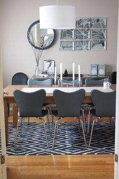 modernes Esszimmer mit Kelim Teppich unter dem Tisch