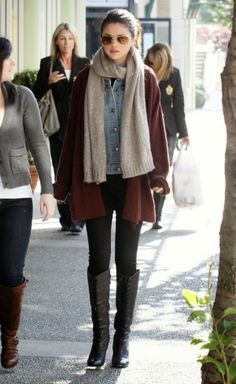 Selena Gomez: Chich Outfit with long grey scarf&leather boots