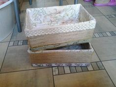 Avon doboz egy kicsit át formálva.Kell hozzá spárga ragasztó és tetszés szerin anyag a belsejébe.