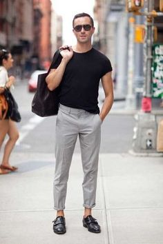 black t-shirt grey chinos mens street style Style Casual, Casual Outfits, Men Casual, Smart Casual, Simple Outfits, Simple Style, Fashion Moda, Mens Fashion, Fashion Trends