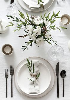 Tips to Set a Simple and Modern Tablescape Easy ideas for creating a modern minimal table setting.Easy ideas for creating a modern minimal table setting. Wedding Table Settings, Place Settings, Setting Table, Table Wedding, Elegant Table Settings, Wedding Ceremony, Wedding House, Dining Table Settings, Beautiful Table Settings