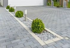 40 Simple Tricks for Boosting Your Home's Curb Appeal – Vorgarten ideen - front yard landscaping ideas curb appeal Front Garden Ideas Driveway, Driveway Design, Driveway Landscaping, Driveway Border, Landscaping Ideas, Permeable Driveway, Modern Driveway, Brick Driveway, Gravel Driveway