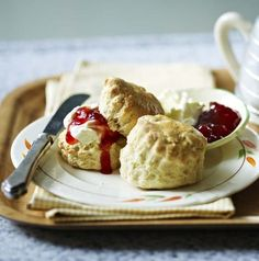 Berry's scones Mary Berry's easy scones - serve with clotted cream and jam. (I miss scones.)Mary Berry's easy scones - serve with clotted cream and jam. (I miss scones. Mary Berry Scones, Bake Off Recipes, Baking Recipes, Dessert Recipes, British Baking Show Recipes, Great British Bake Off, Cupcakes, Freeze, Sweet Recipes