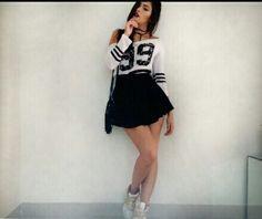 Look Cool, street Style, saia rodada preta, blusa college, tênis branco.