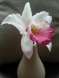{Amazing Cattleya Orchid by La Lavande Sugar Florist} Sugar Paste Flowers, Icing Flowers, Fondant Flowers, Clay Flowers, Edible Flowers, Paper Flowers, Fondant Flower Tutorial, Cattleya Orchid, Gateaux Cake