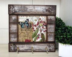 Peça em mdf e decoupage. Fazemos em outras cores e modelos. Peças integrantes estão sujeitas à disponibilidade. Como é um produto artesanal, podem haver pequenas diferenças entre uma produção e outra. R$ 39,26 Decoupage Vintage, Decoupage Glass, Crafts To Do, Wood Crafts, Diy Crafts, Wooden Wall Art, Wood Art, Arte Pallet, Mirrored Picture Frames
