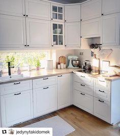 Cudowna kuchnia w bieli👌 Praktyczna zabudowa, duży blat roboczy i to okno przy zlewie🙂 - @jedynytakidomek #bialakuchnia #kuchnia… Kitchen Decor, Kitchen Cabinets, House Design, Knitting Stitches, Instagram, Home Decor, Houses, Kitchens, Knitting Patterns