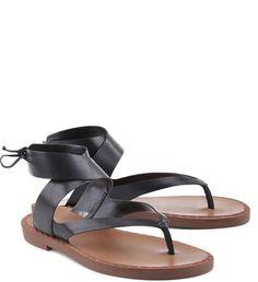 Looks modernos e urbanos começam por esta sandália O modelo de couro em preto é arrematado pela amarração traseira, conferindo um toque superfeminino ao calçado. A versão rasteirinha é garantia de mu