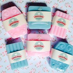 Suavidade em forma de sabonetes para o dia de hoje! Feliz dia Internacional da Mulher #felizdiadasmulheres #womensday #saboariaartesanal #sabonetesartesanais #suavidade #aromas #amoriaromi