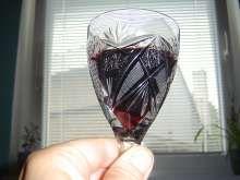 Víno z arónie má rudou barvu a jiskru Red Wine, Shot Glass, Class Ring, Alcoholic Drinks, Tableware, Liquor Drinks, Dinnerware, Dishes, Alcoholic Beverages