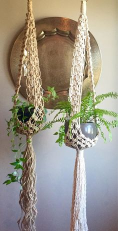 Here is another DIY project for this spring, hanging planters for your garden or your home. They are so easy to make and also very cheap. Macrame Art, Macrame Projects, Macrame Knots, Plant Crafts, Diy Crafts, Décor Boho, Bohemian Style, Boho Hippie, Hanging Planters