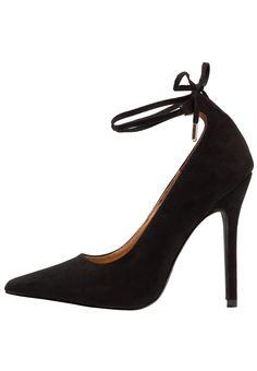 ¡Consigue este tipo de zapatos de salón de BEBO ahora! Haz clic para ver los detalles. Envíos gratis a toda España. BEBO ANABEL1 Zapatos altos black: BEBO ANABEL1 Zapatos altos black Zapatos   | Material exterior: tela, Material interior: cuero de imitación/tela, Suela: fibra sintética, Plantilla: cuero de imitación | Zapatos ¡Haz tu pedido   y disfruta de gastos de enví-o gratuitos! (zapatos de salón, salon, court, courts, pumps, zapatillas, escarpins, tacchi alti, salón)