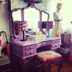 Penteadeira púrpura degradê com banquinho | + Blog LM + Painted Makeup Vanity, Makeup Table Vanity, Vanity Ideas, Antique Vanity, Vintage Vanity, Purple Furniture, Cool Furniture, Dressing Table Vanity, Dressing Tables
