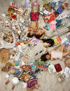 """Gregg Segal é um fotógrafo da Califórnia que vem há algum tempo com um novo projeto intitulado """"7 dias de Lixo"""", com o intuito de fazer com que as pessoas tenham mais ciência do quanto de lixo produzem diariamente. Gregg reuniu um grupo de pessoas que aceitaram participar do ensaio e montou as fotografias de …"""
