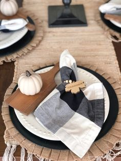 In this post I'm sharing how to set a simple fall table using neutral tones adding lots of texture with fun pops of black and a sweet mini pumpkin. How To Set A Simple Fall Table With A Neutral Theme * Hip & Humble Style, fall decor, fall home, home decor, farmhouse decor, table settings, tablescape, fall table setting, pumpkin tablescape, pumpkin decor, black and white home, black and white decor, affordable decor, fall decor, #homedecor #DIYtablescape #blackandwhitetable Mini Pumpkins, White Pumpkins, Fall Home Decor, Autumn Home, Halloween Table, Fall Table, Farmhouse Style Decorating, Diy Wood Projects, Tablescapes
