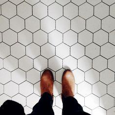 Nu är klinker i badrummet i ateljén lagt. Det ska bara fogas först. Som jag visade i tidigare moodboard till badrummet hade jag valt en ljusgrå klinkerplatta från Höganäs i Hexagonformat. Det var...