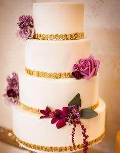 Este bolo está lindo, super chic e combina com qualquer estilo de casamento!