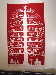 Arbre et ses décorations de Noël peint à la main en blanc sur toile de lin ou toile de coton et lin. La créatrice l'a imaginé sur différents fonds de couleur, tous très décoratifs pour que la maison aussi soit parée pour Noël. Attention série limitée !
