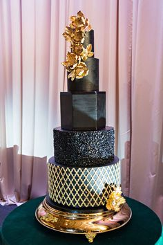 wedding cake with round and hexagon layers gold design and sugar flowers emerald green table linen 5 Tier Wedding Cakes, Purple Wedding Cakes, Wedding Cakes With Flowers, Elegant Wedding Cakes, Elegant Cakes, Wedding Cake Designs, Wedding Cake Toppers, Flower Cakes, Wedding Tips