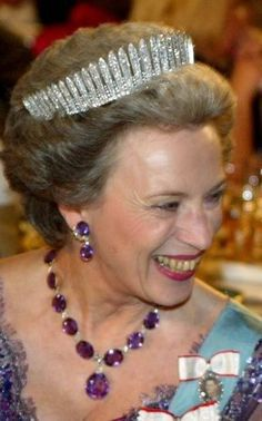 a lovely close of the diamond fringe showing more detail. Interestingly, the spacers are fairly short on this fringe tiara