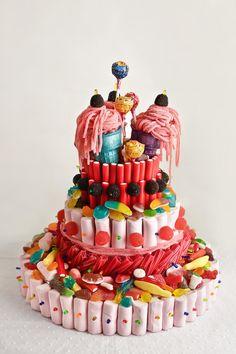 ¿Tienes que celebrar un cumpleaños, una comunión, un aniversario o sencillamente te apetece regalar chuches? Pues hoy te enseñamos cómo hacer una tarta de chuches o golosinas de caerse de espaldas. ¡Fácil y muy resultona! Y ahora que empieza la época, recuerda que también disponemos... Marshmallow Cake, Ideas Para Fiestas, Diy Crafts For Gifts, Fiesta Party, Candy Store, Birthdays, Food And Drink, Birthday Cake, Sweets