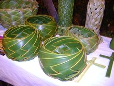 In honor of Palm Sunday, palm bowls! Click through to see tons of palm weaving ideas Palm Frond Art, Palm Fronds, Flax Weaving, Basket Weaving, Coconut Leaves, Hawaiian Crafts, Origami, Altar Decorations, Leaf Crafts