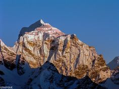 Taboche (6.495 m), a mountain n the Khumbu region of the Nepalese Himalaya - Photo © Grimpisme