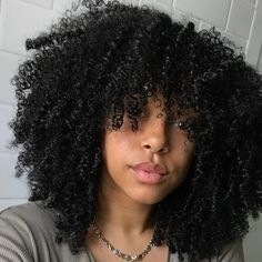 To have beautiful curls in good shape, your hair must be well hydrated to keep all their punch. You want to know the implacable theorem and the secret of the gods: Naturally curly hair is necessarily very well hydrated. Pelo Natural, Natural Hair Tips, Natural Curls, 4a Natural Hair Styles, Natural Hair Bangs, Long Curly Hair, Curly Hair Styles, Cabelo 3c 4a, Pelo Afro