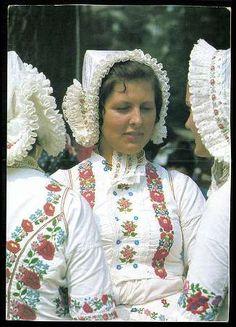 Vanyarci népviseletes asszonyok.