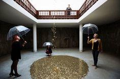 Μπιενάλε 2013 στη Βενετία: Ο Βαντίμ Ζαχάροφ φρόντισε τη Ρώσικη συμμετοχή με ένα καλλιτεχνικό δρώμενο όπου ήταν εμπνευσμένο από τη Δανάη με γυναίκες που με μια ομπρέλα στο ένα χέρι μάζευαν με το άλλο κέρματα που έπεφταν από τον ουρανό κλπ...