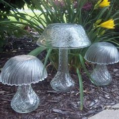 Glass garden mushrooms made from bowls and vases. repurpose garden art - Diy for Houses Garden Mushrooms, Glass Mushrooms, Diy Vintage, Vintage Garden Decor, Vintage Vases, Vintage Gardening, Garden Crafts, Garden Projects, Diy Projects